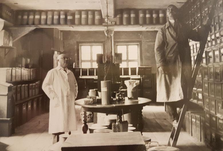 Ein Teil des Kräutersaals in der Hofapotheke, Jena 1939 Apotheker O.Stütz, Hr.Pfaff